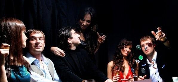 Pokertisch-Ansicht mit sieben Spielern