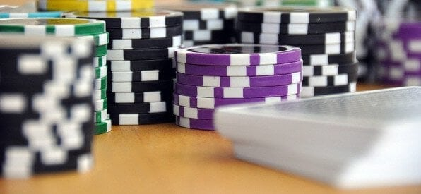 Pokerchips mit Kartenstapel