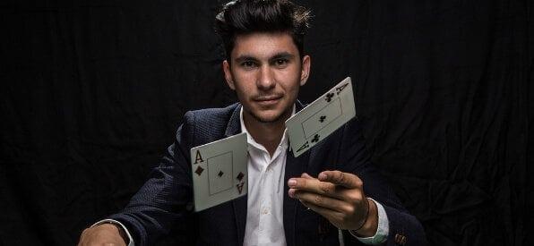 Poker Profi wirft zwei Asse auf den Tisch auf shutterstock.com