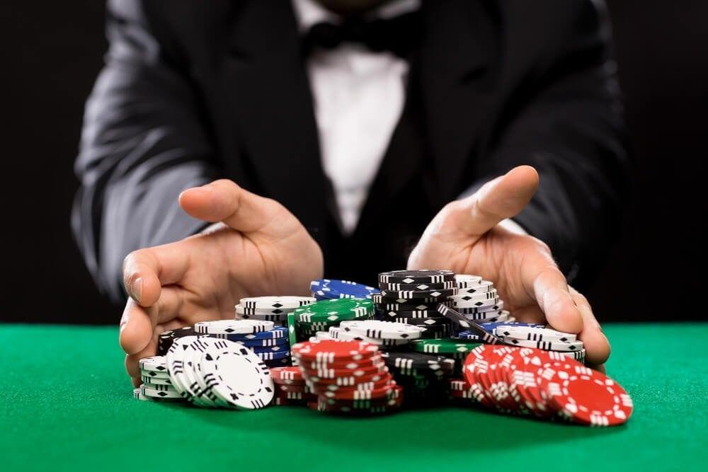 Pokerspieler am Tisch: Hoffen auf das richtige Blatt