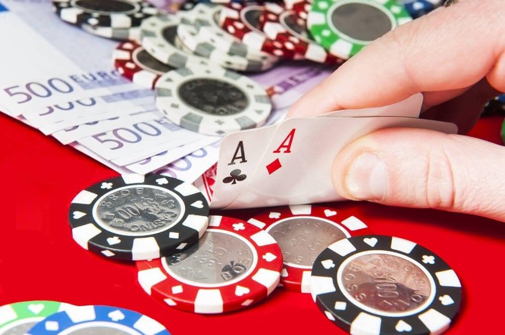 Ass-Paar, Pokerchips und 500 Euro Scheine